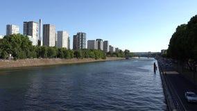 Paris la Seine, bateaux de touristes de personnes voyageant sur le séné, bateaux se déclenchent la vue 4K banque de vidéos