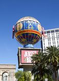 Paris, Las Vegas. The replica l'arc de triomphe and the eiffel tower dominate this block on the Las Vegas strip and this hot air balloon to travel round the Royalty Free Stock Images
