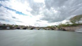 paris Les flotteurs de bateau de moteur d'excursion avalent banque de vidéos