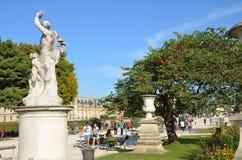 Paris - lokal und touristisch in berühmtem Tuileries-Garten stockbild