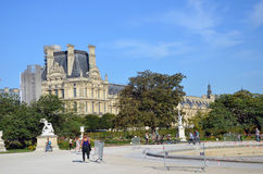 Paris - lokal und touristisch in berühmtem Tuileries-Garten lizenzfreies stockfoto