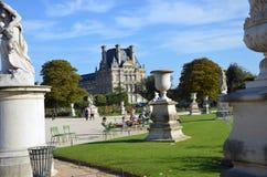 Paris - lokal und touristisch in berühmtem Tuileries-Garten Tuileries Garten stockfotos
