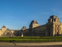 Paris - Louvre-Museum und Pyramide bei Sonnenuntergang (Farbe) Lizenzfreies Stockbild