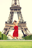 Paris-Mädchen am Eiffelturm Stockbild