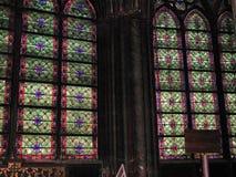Paris - målat glassfönster av Notre Dame Arkivbilder