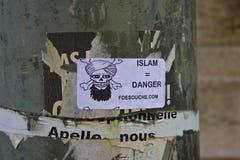 Paris - Maj 2011: En klistermärke i Frankrike som proklamerar islam som en fara Arkivbilder