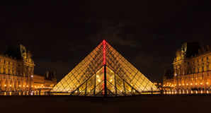 PARIS - MAJ 9: Louvremuseum (Musee du Louvre) och pyramiden I Royaltyfri Bild