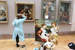 PARIS - MAJ 3: på Louvremuseet Maj 3, 2013 i medeltal Arkivfoto