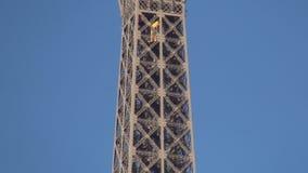 Paris-Markstein-Eiffelturm-metallische Struktur mit einem Aufzug in der Besteigung stock video