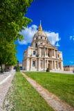 Paris med Les Invalides under vårtid, berömd gränsmärke i Frankrike Arkivfoton