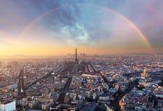 Paris med regnbågen - horisont Arkivbild