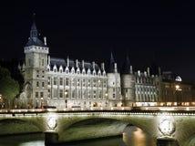 Paris: Mencione a opinião do console com La Conciergerie imagens de stock royalty free