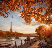 Paris mit Eiffelturm gegen Herbstlaub in Frankreich lizenzfreies stockfoto