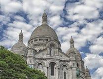 Paris Montmartre sikt med blå himmel och moln Royaltyfri Fotografi