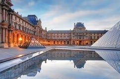 Paris - musée de Louvre avec la pyramide, France Photos stock