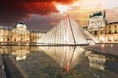 Paris - musée de Louvre avec la pyramide, France Photographie stock libre de droits