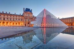 Paris - musée de Louvre avec la pyramide, France Images stock