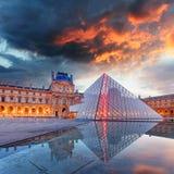 Paris - museu do Louvre com pirâmide, França Imagens de Stock Royalty Free
