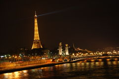 Paris nachts lizenzfreie stockbilder