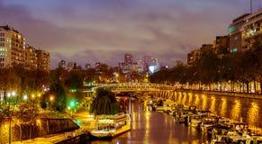 Paris nachts, die Seine lizenzfreie stockfotos