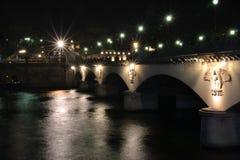 Paris-Nachtzeit-Brücke Stockfotos