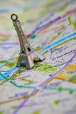 Paris-Name an einer Karte mit roter Eiffelturmminiatur Stockbilder