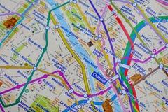 Paris-Name an einer Karte mit roter Eiffelturmminiatur Stockfoto