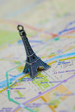 Paris-Name an einer Karte mit roter Eiffelturmminiatur Lizenzfreie Stockfotografie