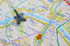 Paris-Name an einer Karte mit roter Eiffelturmminiatur Stockbild