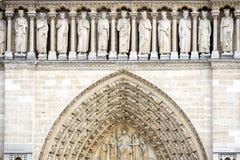 PARIS, NOTRE DAME: A galeria dos reis é colocada acima dos portais e consiste em uma loggia formada por vinte e três trilobate imagens de stock royalty free