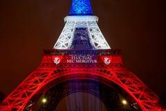 PARIS - NOVEMBER 16: Eiffeltorn som är upplyst med färger av den franska nationsflaggan på dagen av sorg på November 16, 2015 Fotografering för Bildbyråer