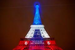 PARIS - NOVEMBER 16: Eiffeltorn som är upplyst med färger av den franska nationsflaggan på dagen av sorg på November 16, 2015 Royaltyfria Bilder