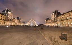 PARIS - NOVEMBER 30: Louvremuseet tänder på natten, November 30, 2012 Arkivfoton