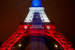 PARIS - 16 NOVEMBRE : Tour Eiffel illuminé avec des couleurs du drapeau national français le jour du deuil le 16 novembre 2015 Image stock