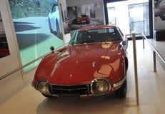 Paris, o 20 de agosto - carro vermelho de Toyota na sala de exposições em Paris Fotografia de Stock