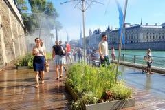 Paris, o 30 de agosto de 2016 A atração turística de Paris Plage (Paris na praia) com as estradas pedestres perto do Seine River Imagem de Stock