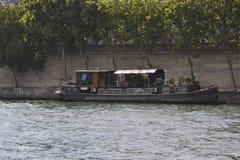 Paris, o 18 de julho: Barco em Seine River de Paris em França Fotos de Stock Royalty Free