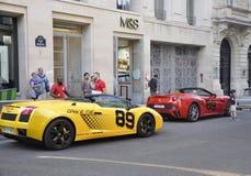 Paris, o 14 de julho: Carro de Ferrari na rua perto da avenida de Champs-Elysees em Paris Fotos de Stock Royalty Free
