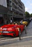 Paris, o 14 de julho: Carro de Ferrari na rua perto da avenida de Champs-Elysees em Paris Foto de Stock