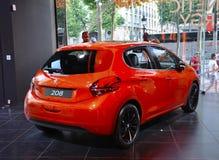 Paris, o 14 de julho: Carro Peugeot na sala de exposições na avenida de Champs-Elysees em Paris Fotos de Stock