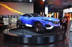 Paris, o 14 de julho: Carro Peugeot na sala de exposições na avenida de Champs-Elysees em Paris Imagem de Stock