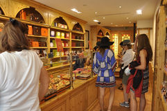 Paris, o 17 de julho: Interior dos confeitos em Montmartre em Paris Fotos de Stock