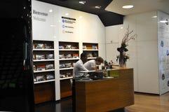 Paris, o 14 de julho: Magasin de Mercedes Showroom na avenida de Champs-Elysees em Paris Fotografia de Stock
