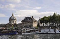 Paris, o 18 de julho: Paisagem com o banco de Seine River de Paris em França Foto de Stock Royalty Free