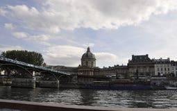 Paris, o 18 de julho: Paisagem com o banco de Seine River de Paris em França Fotografia de Stock
