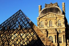 Paris, o Louvre, o Cour Napoléon Aile Turgot e a pirâmide, em uma tarde ensolarada da queda imagens de stock