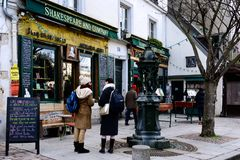 Paris: O Shakespeare famoso e livraria de Empresa imagens de stock
