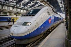 PARIS, OUTUBRO, 20, 2009: Estação de trem de Lasar de Saint A vista no curso de prata do TGV do trem de alta velocidade da marinh Foto de Stock