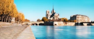 Paris, Panorama über Wasser mit Notre-Dame-Kathedrale Lizenzfreies Stockfoto