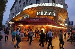 Paris pizzarestaurang på natten Arkivfoton